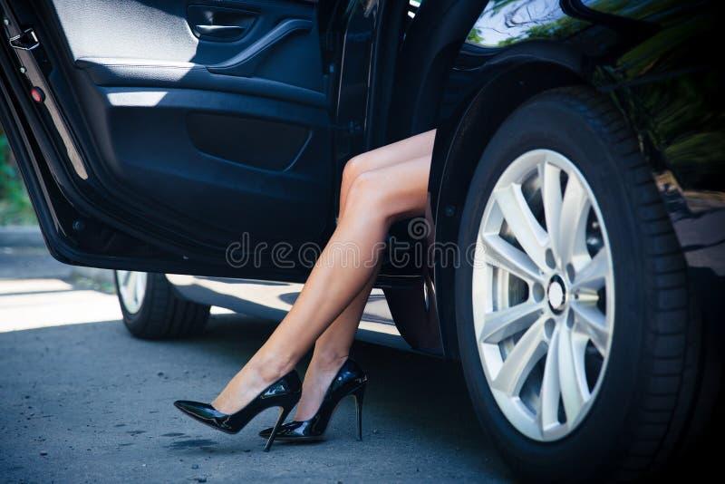 在汽车的女性腿 库存图片