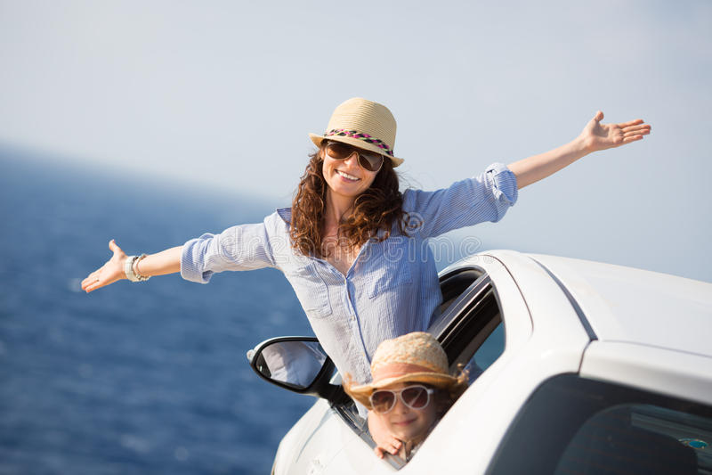 在汽车的愉快的家庭 免版税库存图片