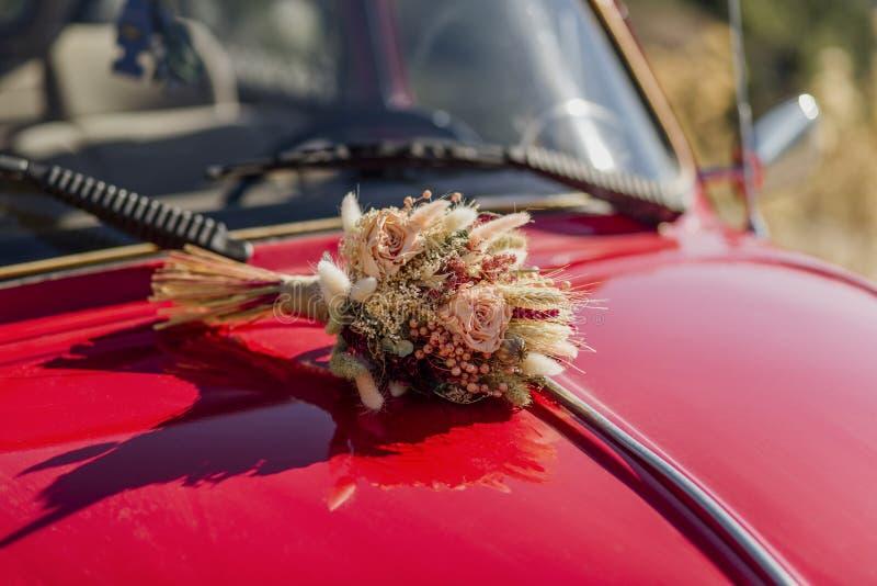 在汽车的新娘花架 库存照片