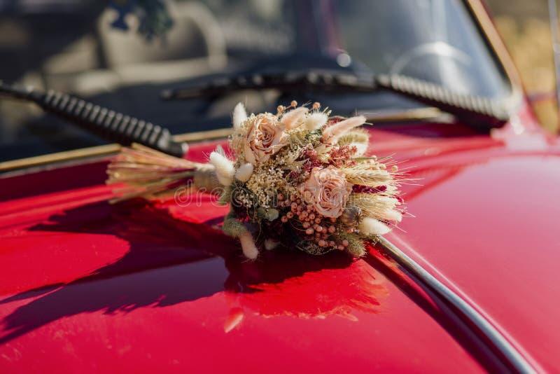 在汽车的新娘花架 库存图片
