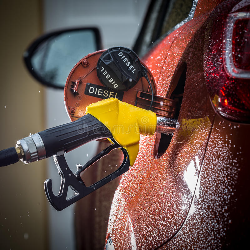 在汽车的汽油分配器 免版税库存照片
