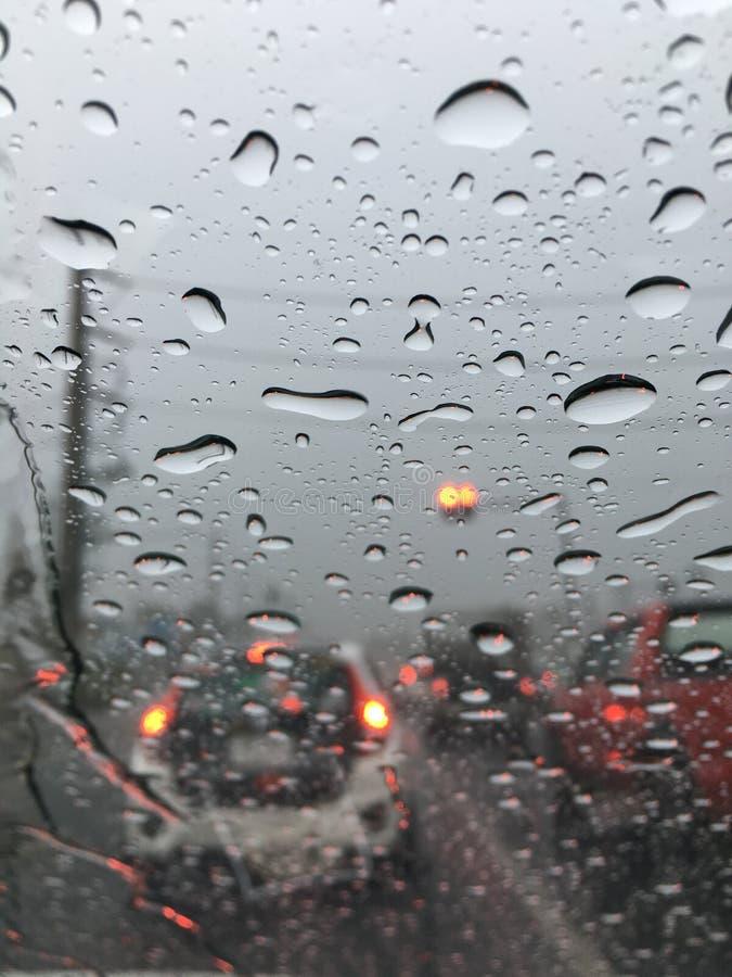 在汽车的雨 免版税库存照片