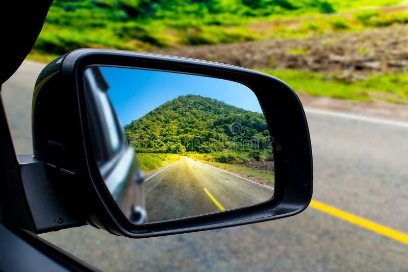 在汽车的sideview镜子的风景 免版税库存照片
