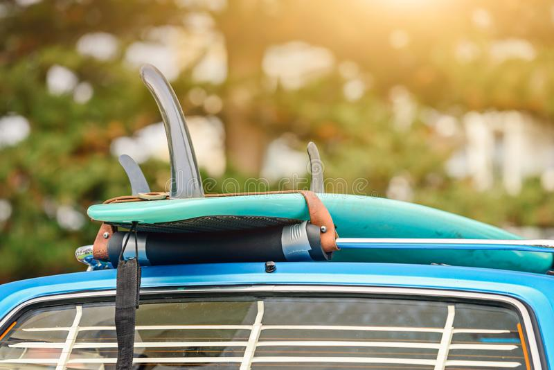 在汽车行李架的冲浪板 免版税库存图片