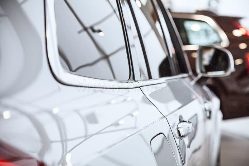 在汽车车身的接近的看法在有噪声五谷作用的经销权商店 o 汽车待售 库存图片