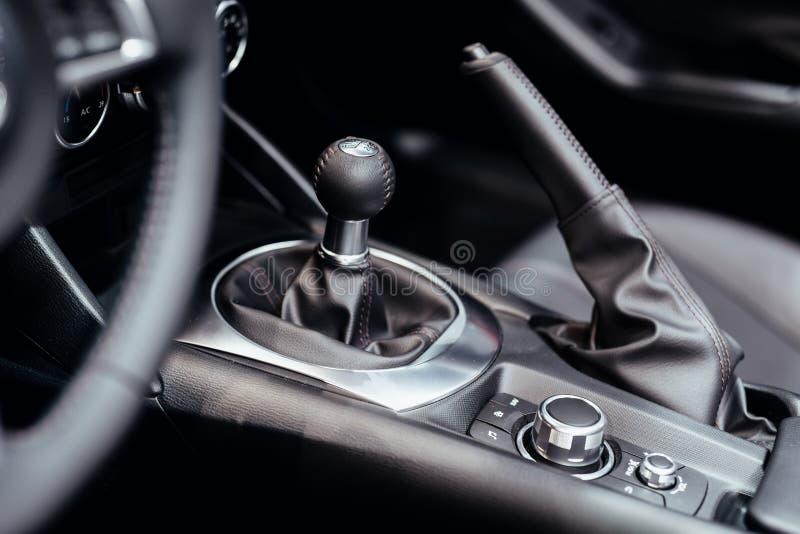 在汽车里面的变速杆 图库摄影