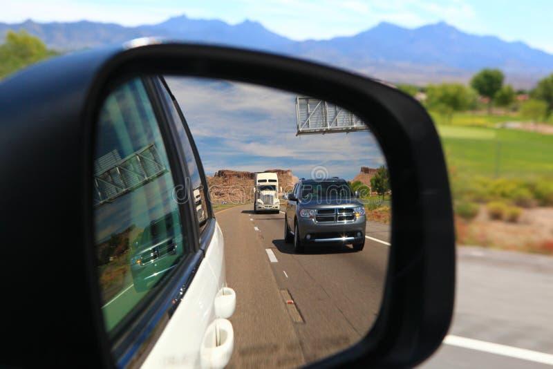 在汽车镜子的内华达横向 图库摄影