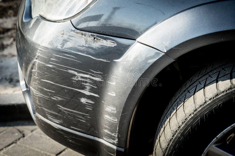 在汽车防撞器的抓痕在一次小事故以后 免版税库存照片