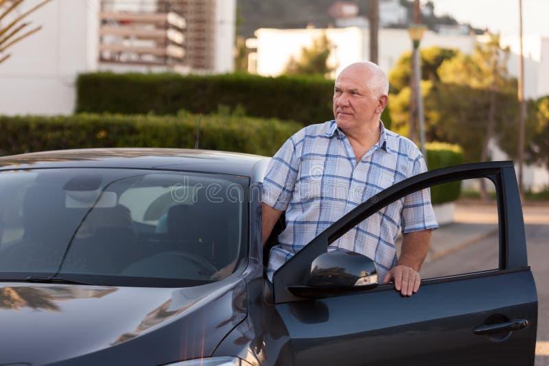 在汽车附近的老人 免版税库存图片