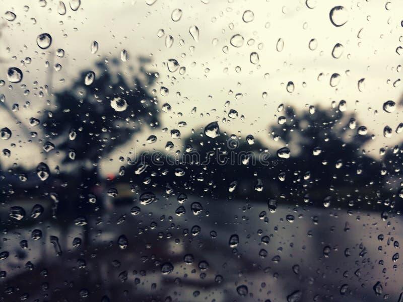 在汽车,黄昏的雨珠做哀伤的心情 库存照片