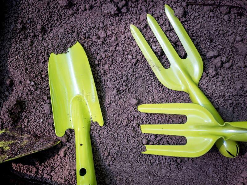 在沃土纹理背景的园艺工具 免版税库存照片