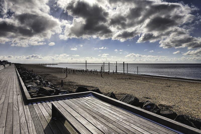在Esbjerg,丹麦附近的海滩散步 免版税库存照片