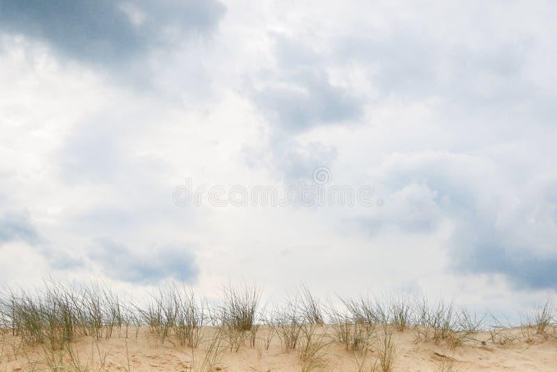 在沙丘外缘的多云天空 库存照片