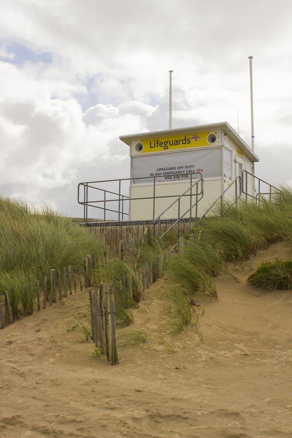 在沙丘的一个高的救生员塔在爱尔兰的北海岸的Benone海滩在县伦敦德里为关闭了  免版税图库摄影