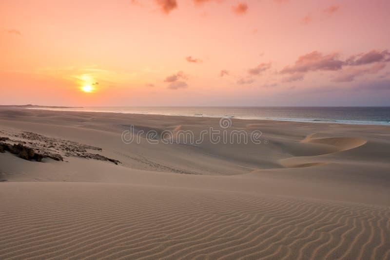 在沙丘的日落在泰国党海滩Praia de泰国党在Boavist 免版税库存图片