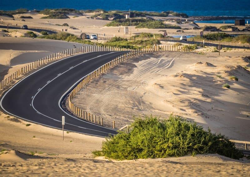 Download 在沙丘的路 库存照片. 图片 包括有 天空, 侵蚀, 汽车, 海岛, 干燥, 落寞, 海运, 沙子, 冒险家 - 72368826