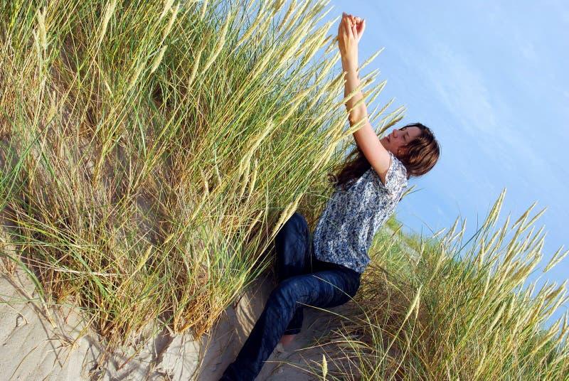 在沙丘草之中 免版税库存图片