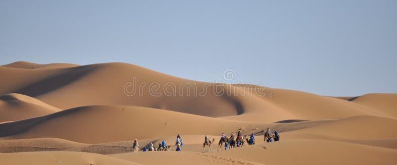 在沙丘Merzouga,摩洛哥的有蓬卡车 免版税图库摄影