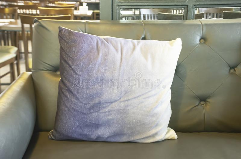 在沙发用途装饰的坐垫在咖啡馆 免版税库存照片