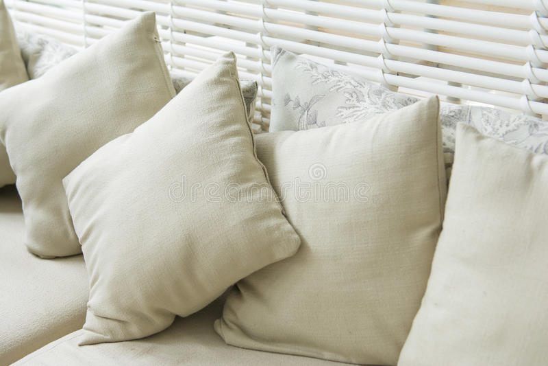在沙发的后面架靠背枕头在屋子里 库存照片