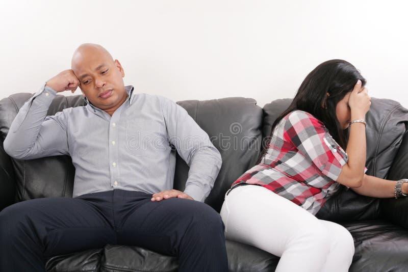 在沙发的夫妇在争吵以后 库存图片