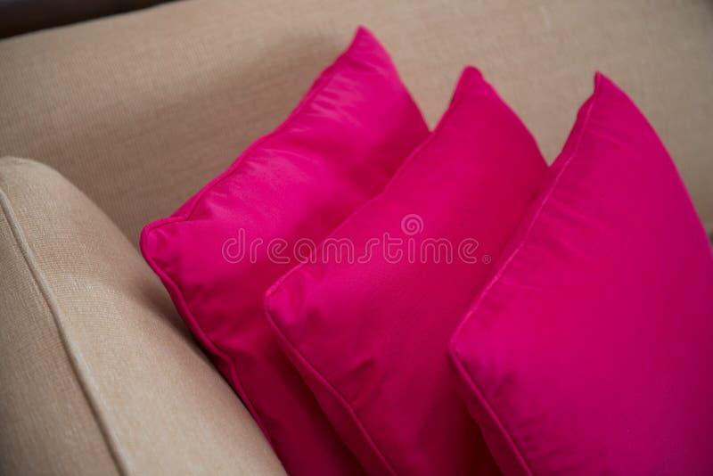 在沙发的桃红色枕头在卧室 库存图片