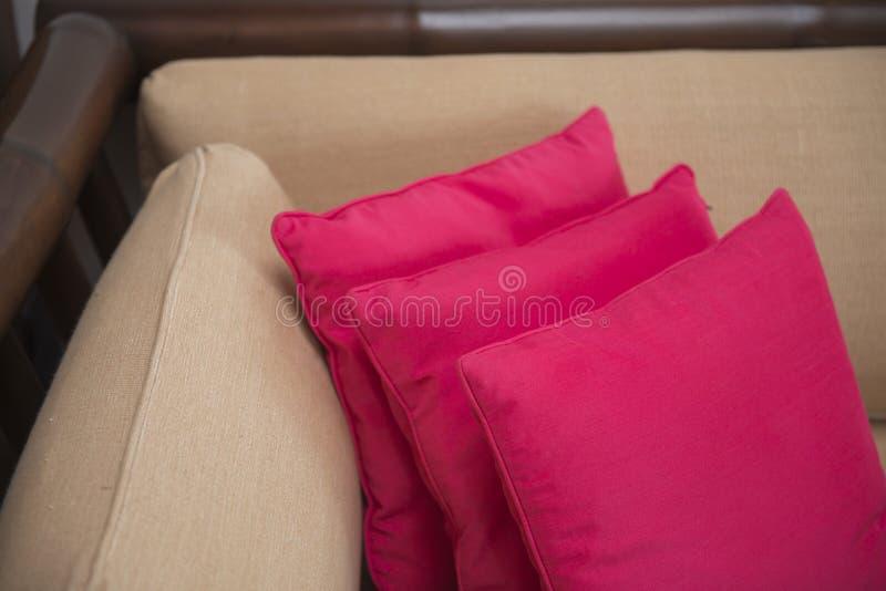 在沙发的桃红色枕头在卧室 图库摄影