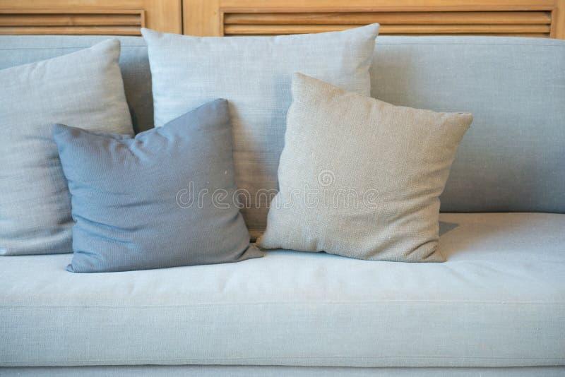 在沙发的装饰枕头 库存照片