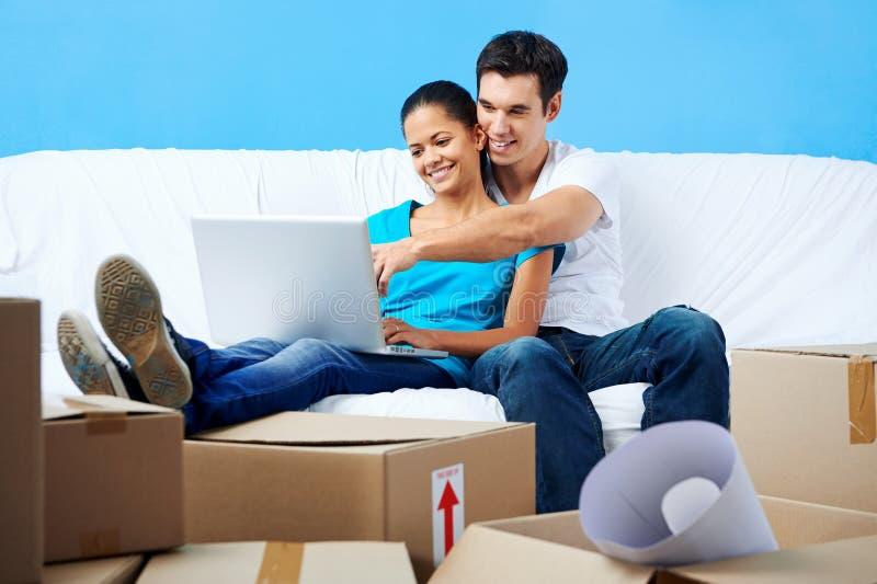 在沙发移动的夫妇 库存照片