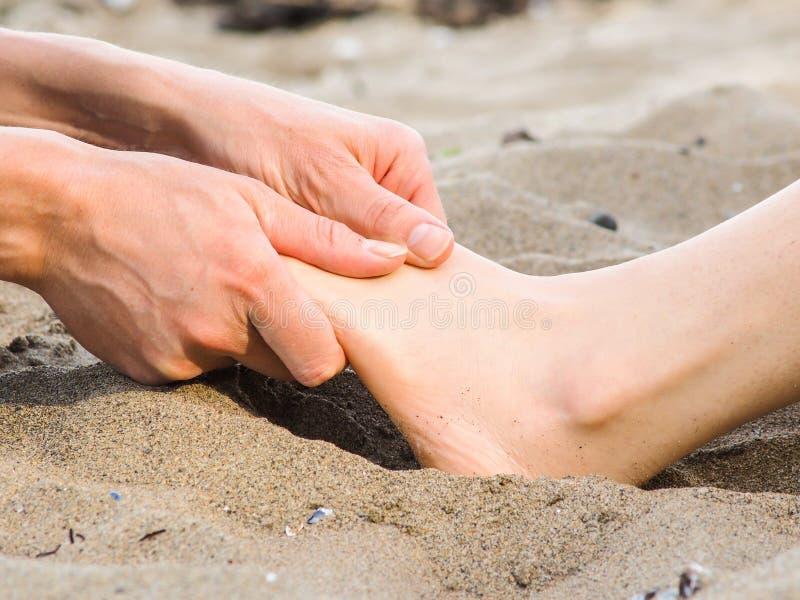 在沙子、男性和女性白种人的脚按摩 免版税图库摄影