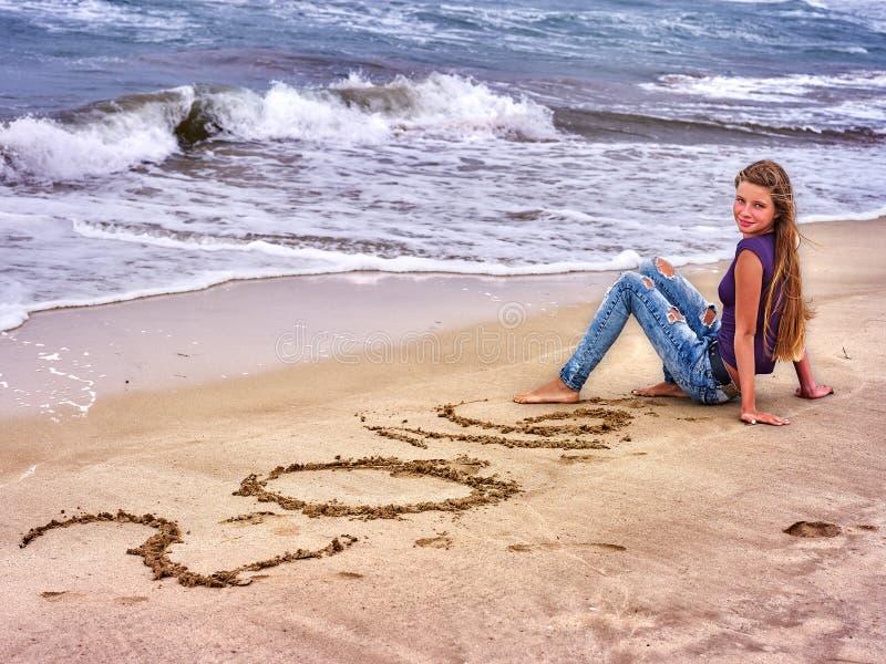 在沙子写的女孩2016年 免版税库存照片