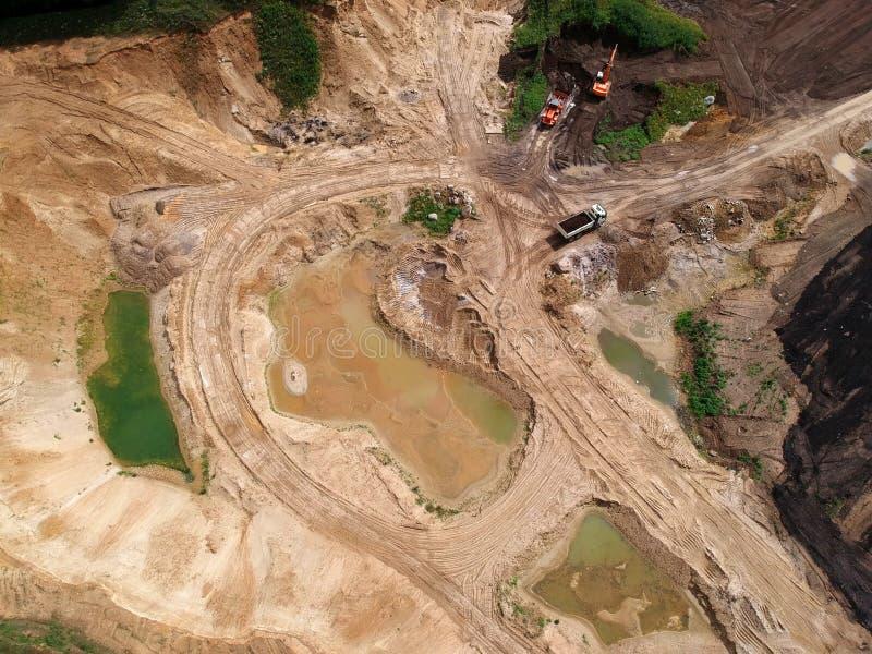在沙子和hummus露天开采矿矿的鸟瞰图,充斥用水 库存图片