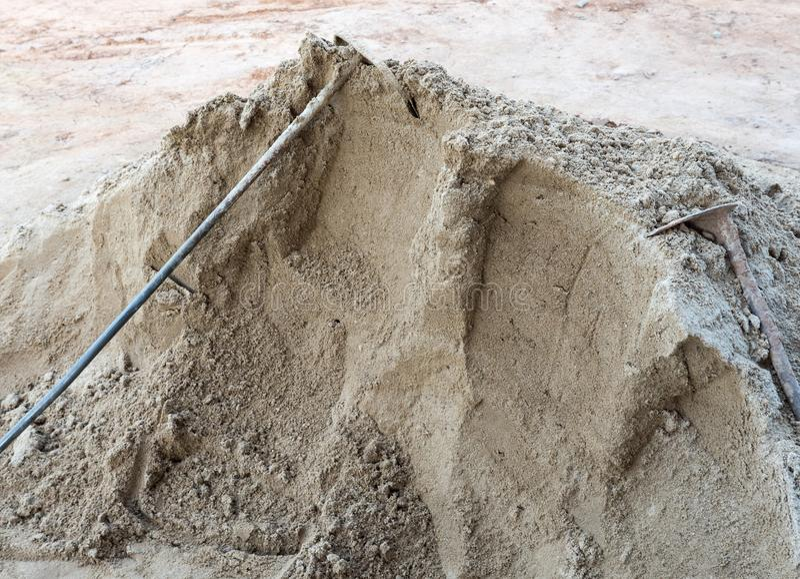 在沙子堆的老金属锹 库存照片