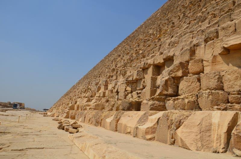 在沙子尘土的金字塔在灰色云彩下 图库摄影