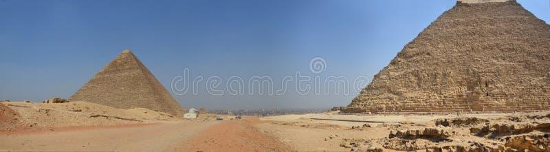在沙子尘土的金字塔在灰色云彩下 免版税图库摄影