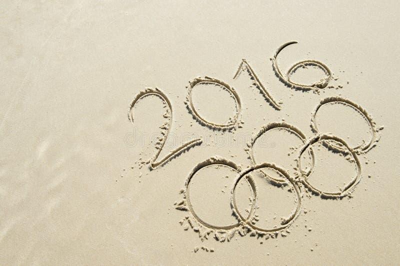 在沙子得出的奥林匹克圆环2016年消息 免版税库存照片