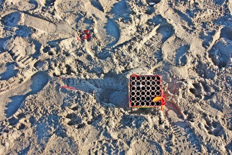 在沙子放弃的空的烟花箱子 库存图片