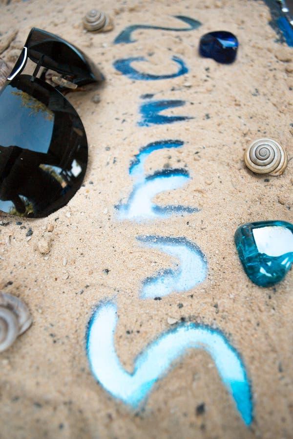 在沙子概念休息旅游业的题字夏天 免版税库存图片