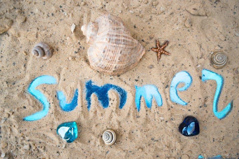 在沙子概念休息旅游业的题字夏天 免版税图库摄影