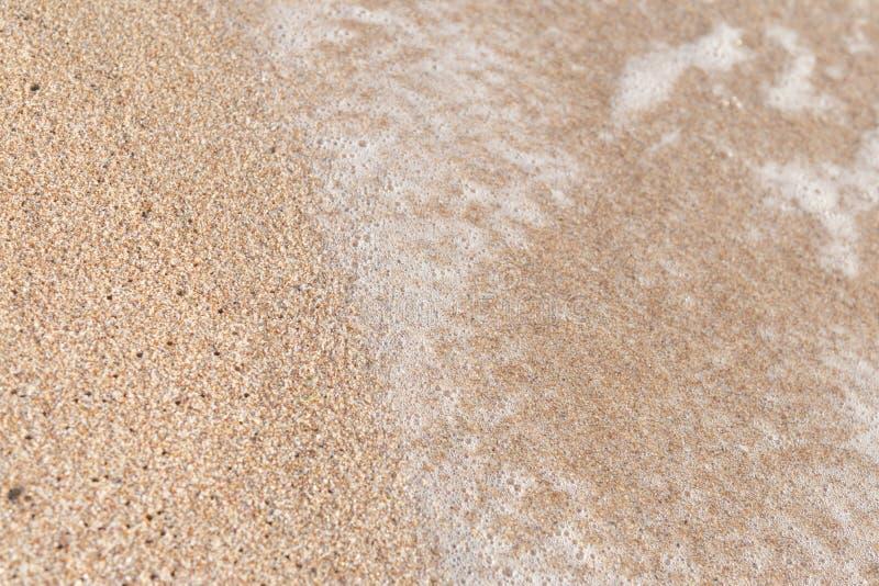 在沙子海滩的波浪 免版税库存照片