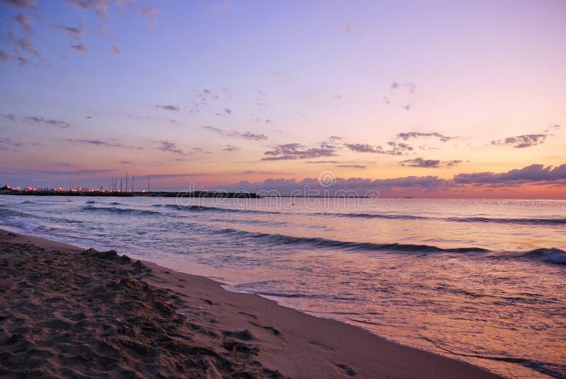 在沙子海滩的惊人的充满活力的金子日出 橙色日出颜色 图库摄影