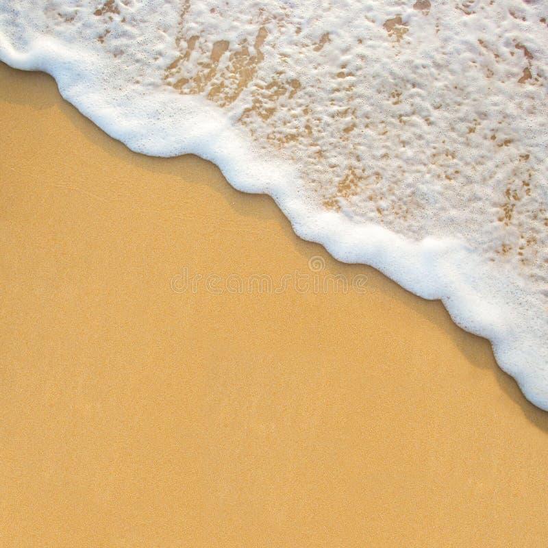 在沙子海滩的波浪 库存图片