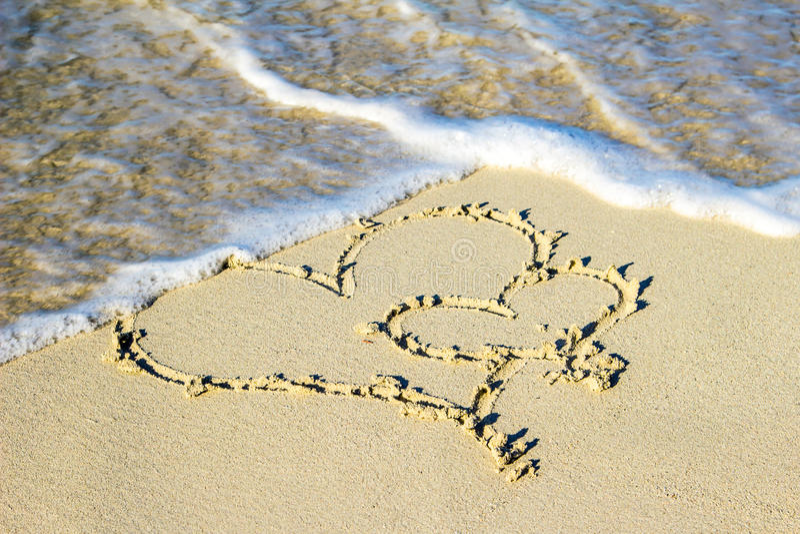 在沙子的两心脏 库存图片