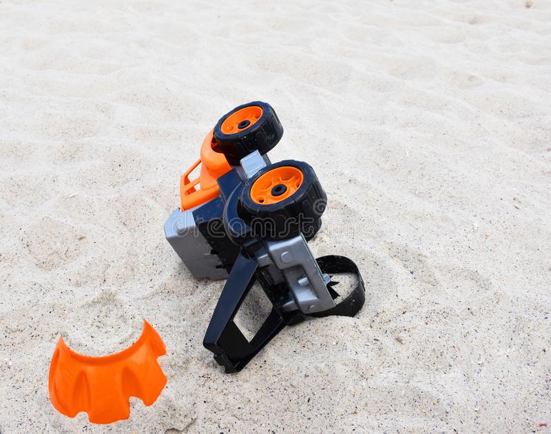 在沙子的儿童的玩具在海滩 库存图片