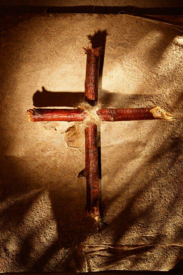 在沙子的十字架 免版税库存照片