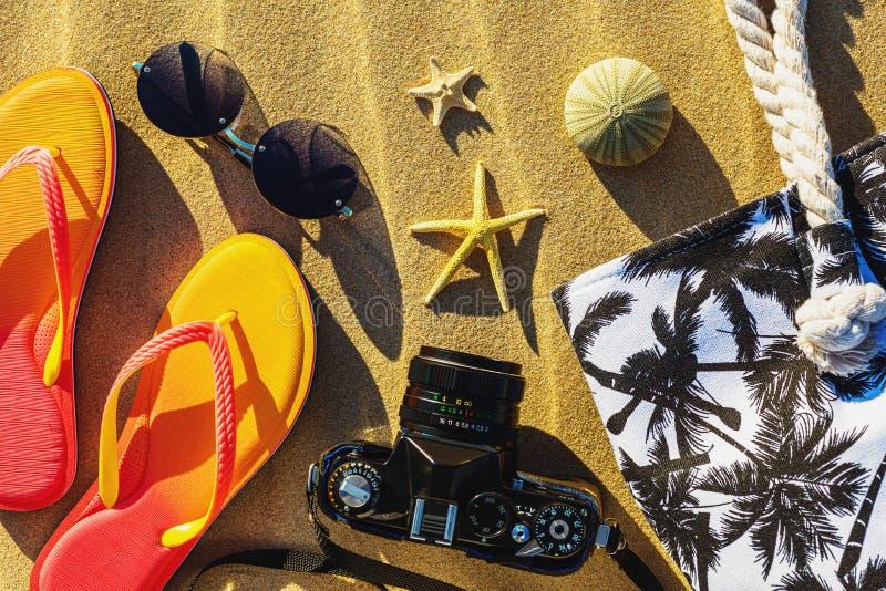 在沙子的各种各样的海滩项目 免版税库存图片