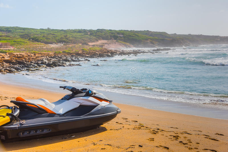 在沙子的喷气机滑雪在波尔图耶老岛的岸 库存图片