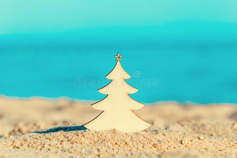 在沙子的圣诞树在群海边 库存图片