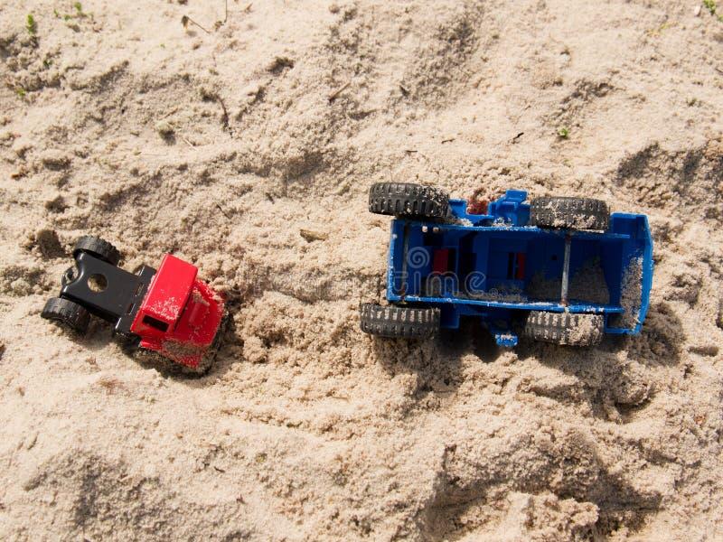 在沙子的塑料玩具卡车,在海岸的盐沙子的事故 免版税库存图片