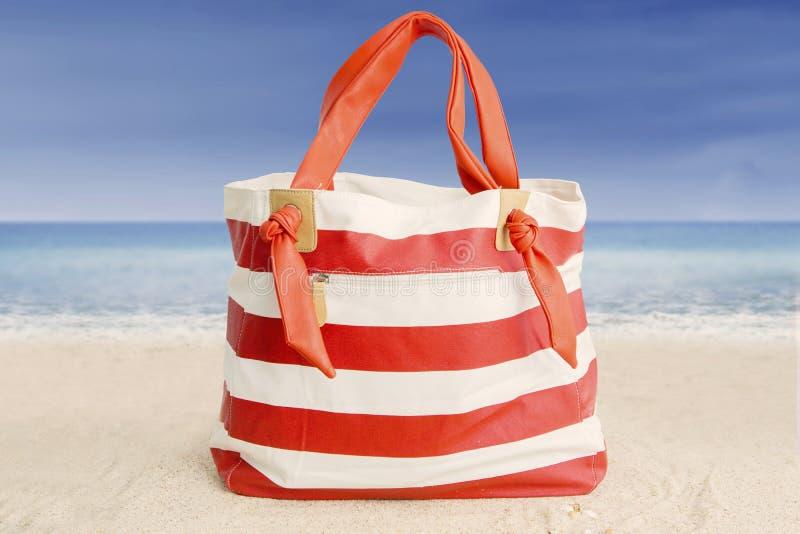 在沙子的夏天袋子 免版税库存图片